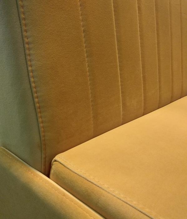 На спинке кухонного дивана НИКА декоративные швы расположены вертикально каждые 10 см